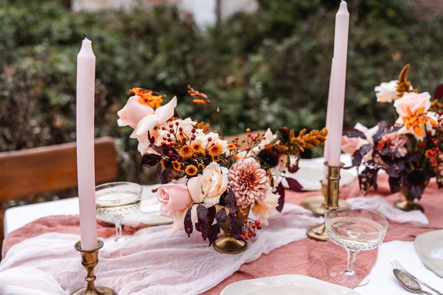 Blumendekoration für den Hochzeitstisch